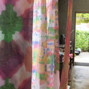 カラフルに染め上がったこぼし染めの布