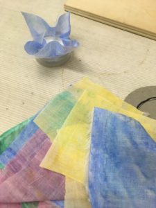 こぼし染めの布でくるみボタン作り