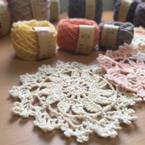 手紡ぎ糸で編んだドイリー